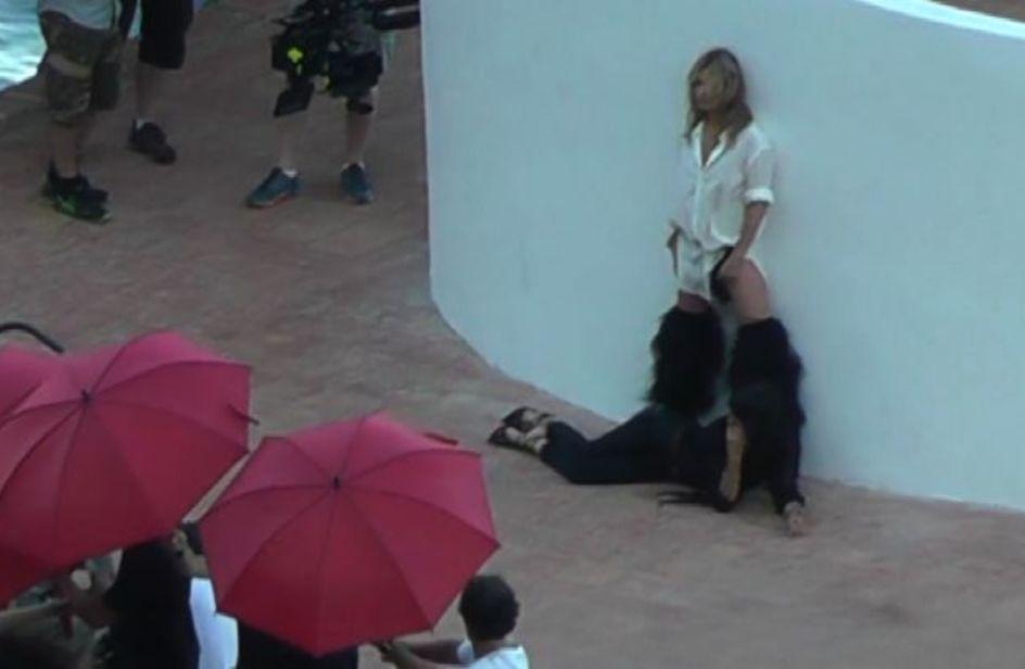 Kate Moss paparazzata a Capri: si gira lo spot sexy di Ysl