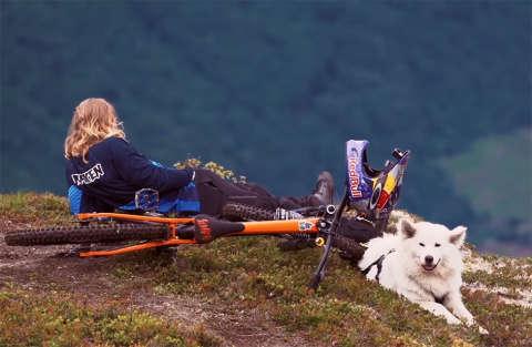 Giù per la montagna con il cane e la bici: il video mozza il fiato!