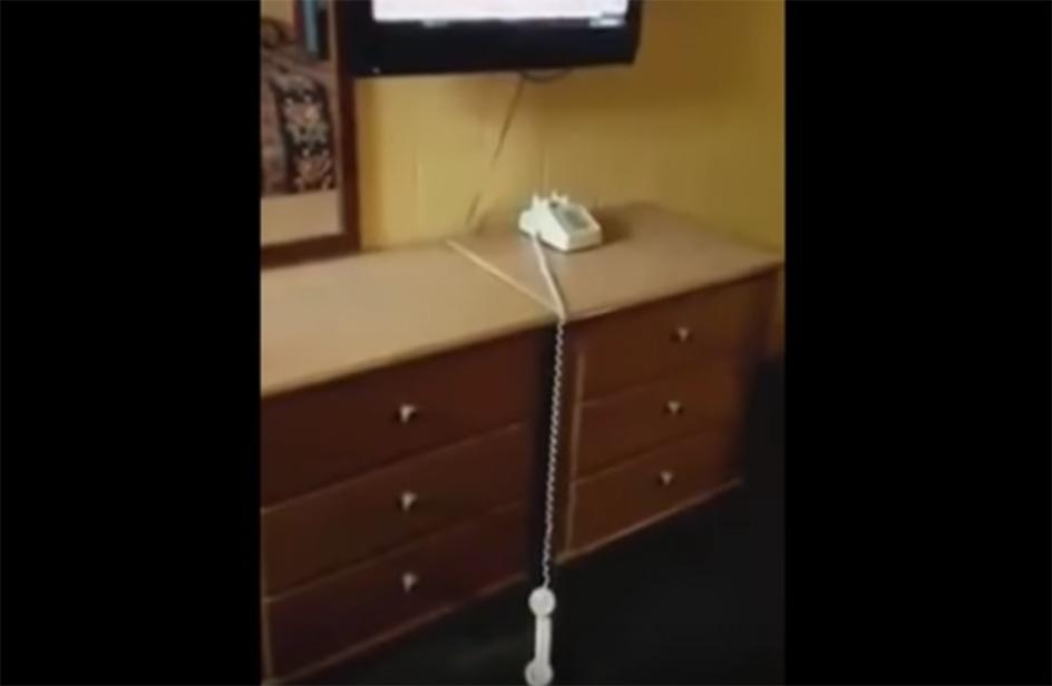 C'è un fantasma nella camera d'albergo, il video lo prova!