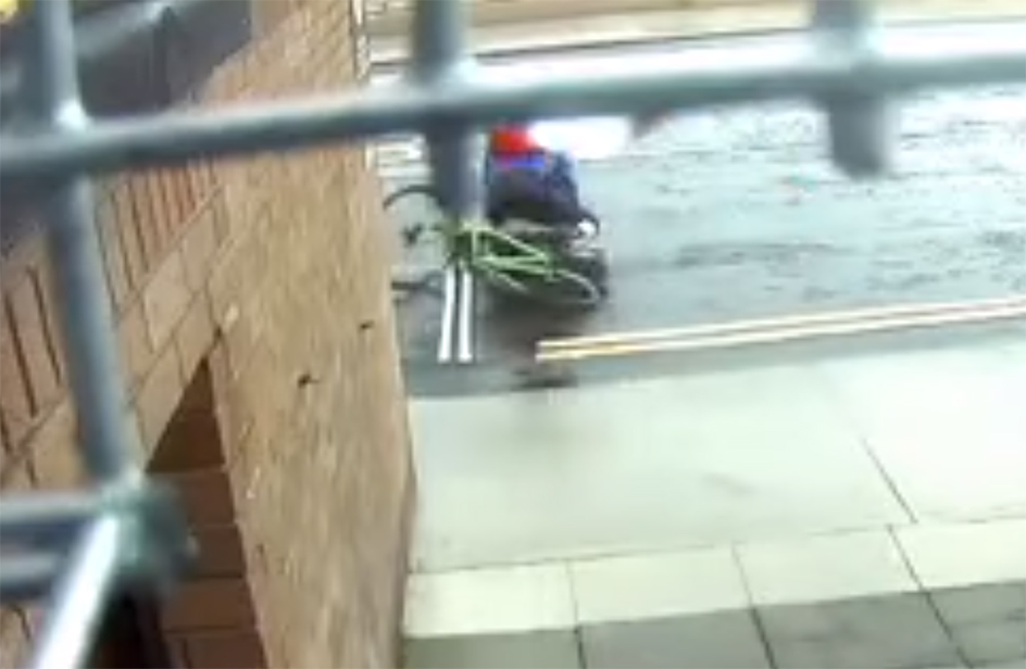Il ladro prova a rubare la bici, ma il ciclista lo placca