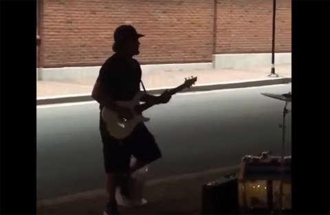 Eddie Vedder dei Pearl Jam improvvisa con la chitarra in strada