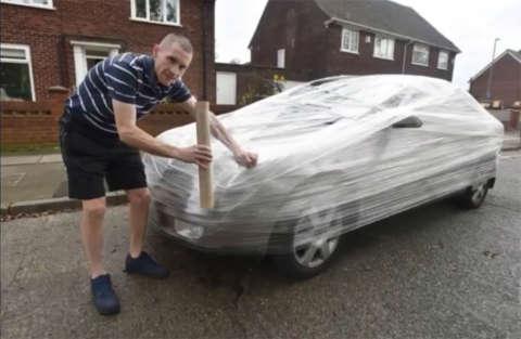 Gli parcheggia davanti casa e lui gli impacchetta l'auto