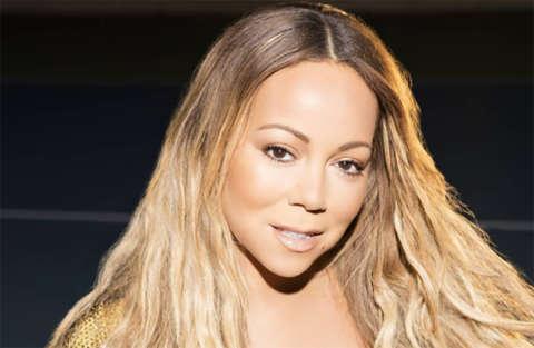 Mariah Carey strizzata in un tubino nero in pelle non riesce a camminare