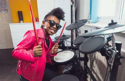 Girlpower: la baby batterista suona Beyoncé