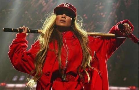 Stivali rossi e body per una scatenata Jennifer Lopez a Brooklyn