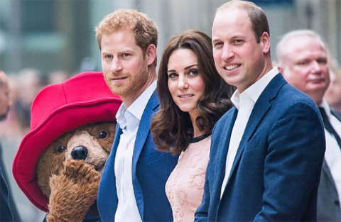 Kate Middleton balla con l'orso Paddington alla stazione