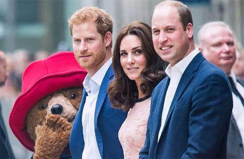 Kate Middleton balla con l'orso Paddington alla stazione