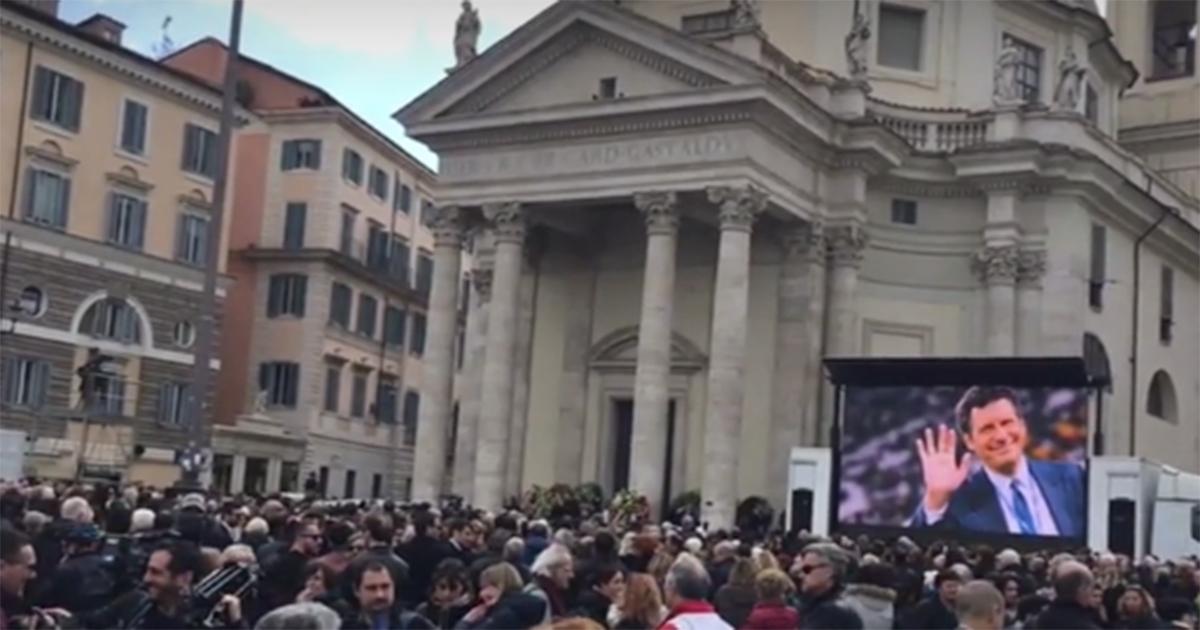 Addio a Fabrizio Frizzi: in migliaia a piazza del Popolo per i funerali