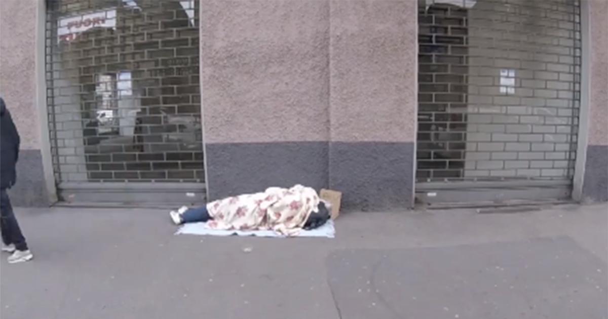L'esperimento: il senzatetto che dorme accanto a 100 euro. In quanti glieli rubano?