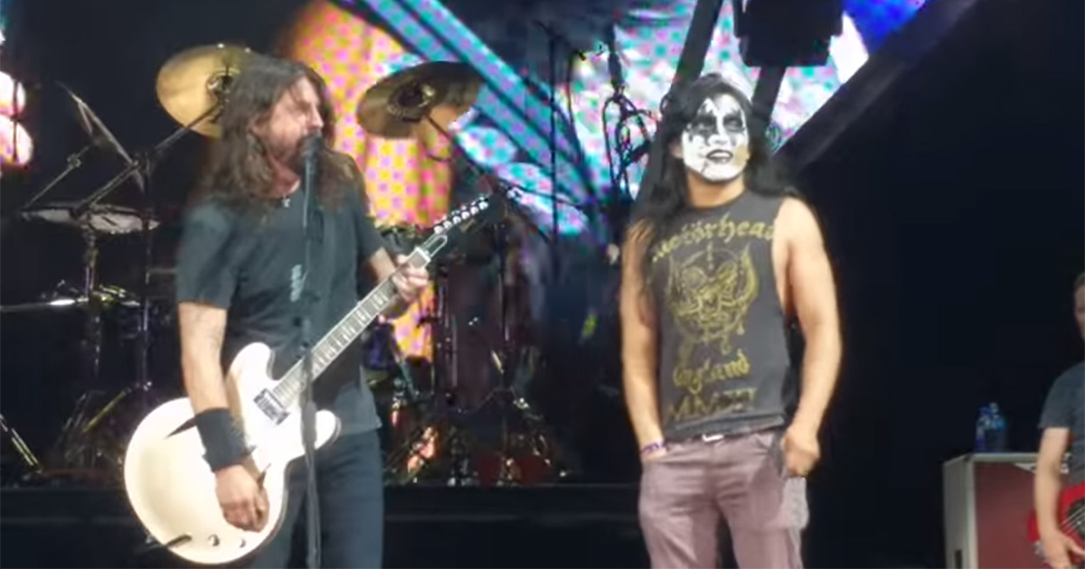 Fan dei Foo Fighters sale sul palco e ruba la scena a Dave Grohl