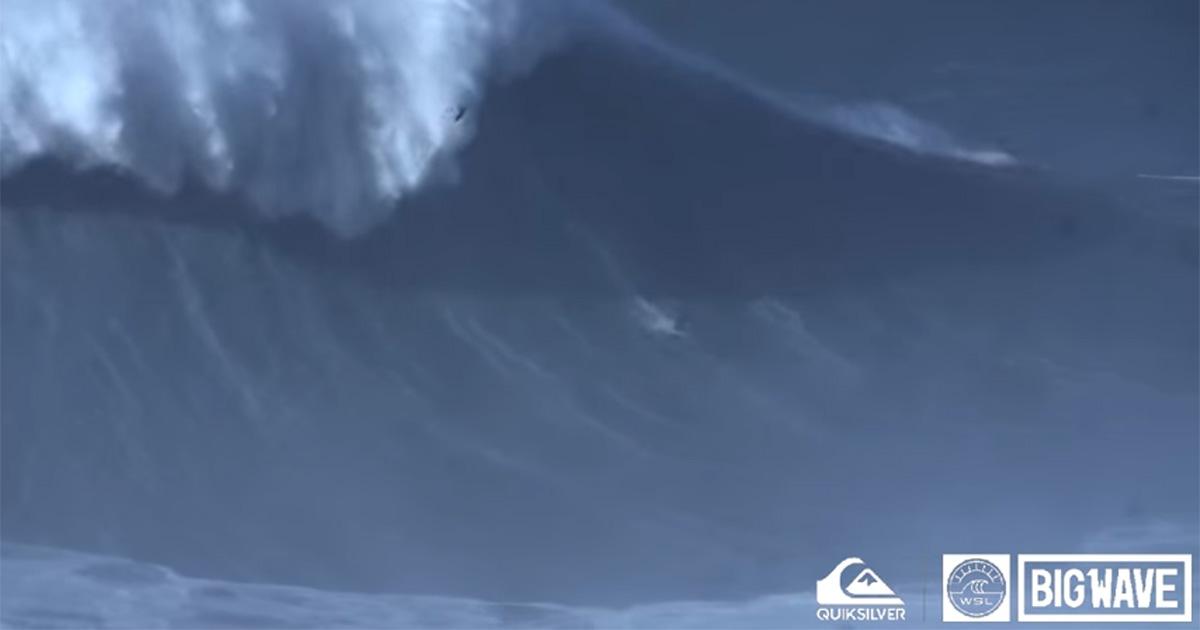 Il surfista Rodrigo Koxa vince il premio per l'onda più alta