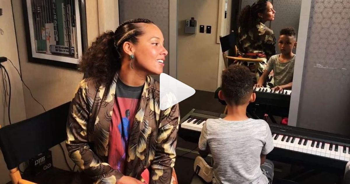 Alicia Keys canta: ma al pianoforte c'è il figlio Egypt (di 7 anni)