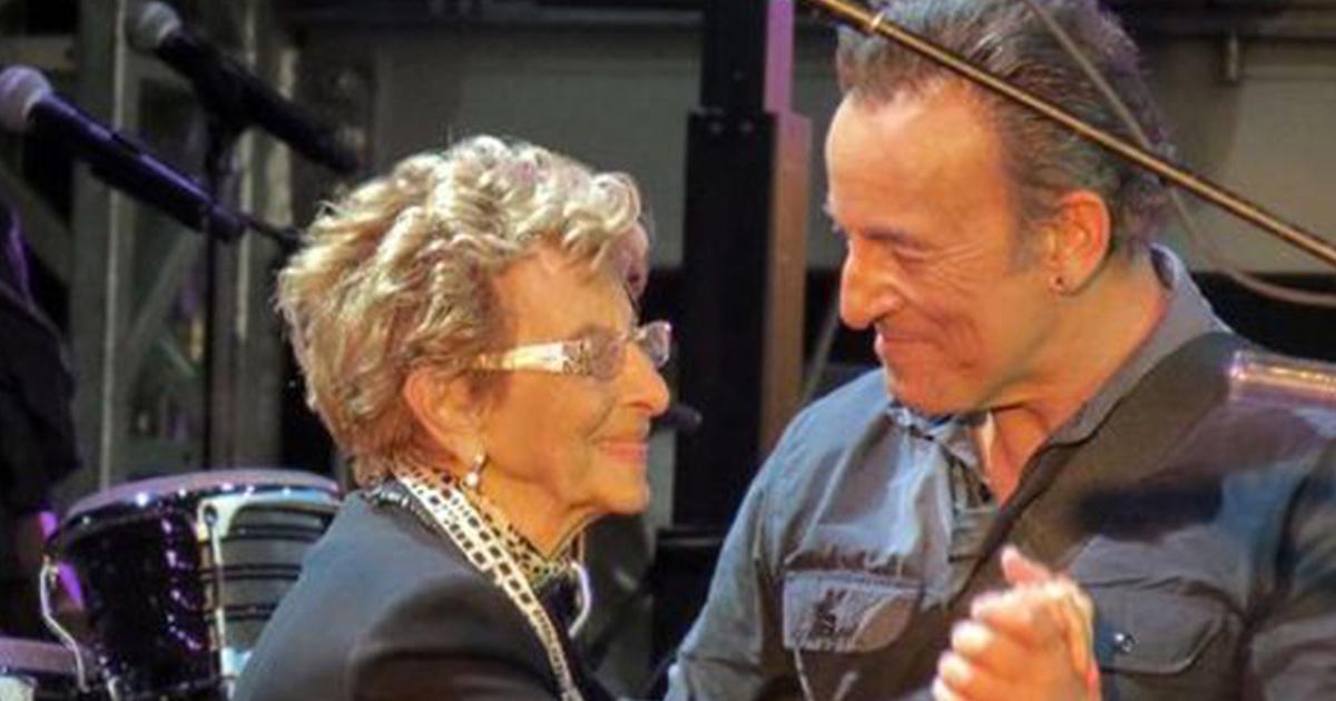 Bruce Springsteen balla con la mamma di 90 anni