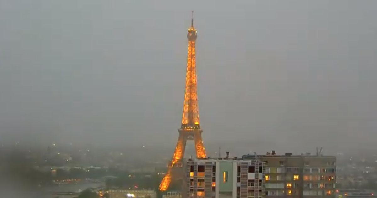 Torre Eiffel elettrizzata: l'attimo in cui il fulmine la colpisce è storico