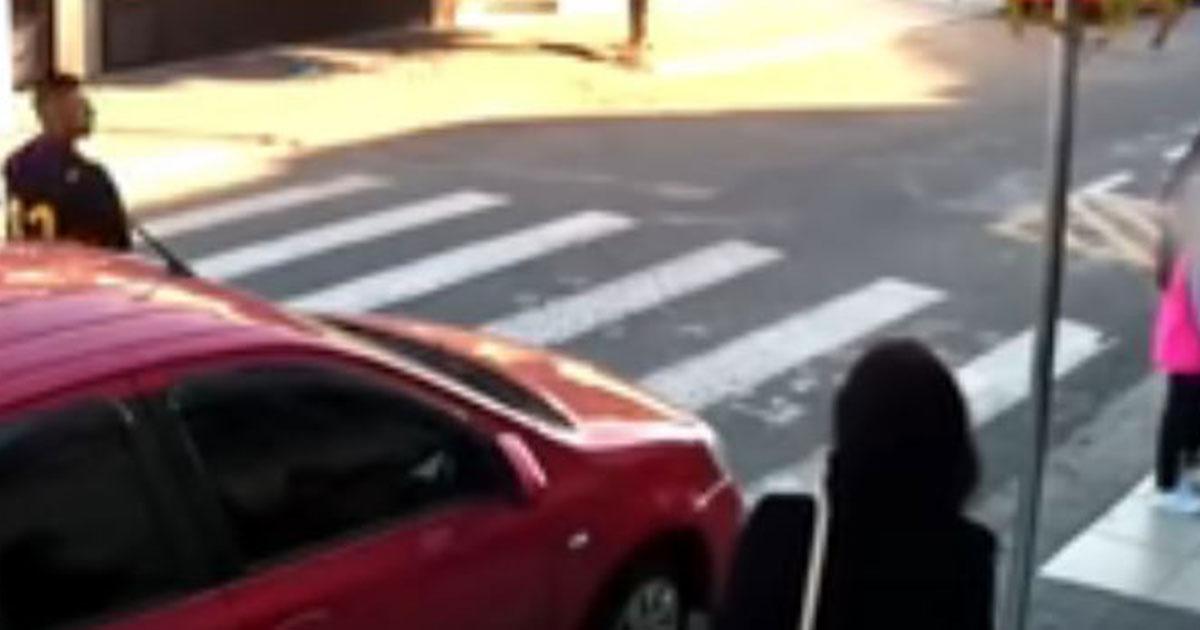 Fuori dalla scuola c'è un rapinatore: ma una mamma lo ha disarmato
