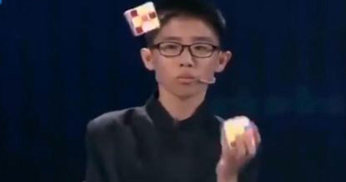 Cubo di Rubik: ne risolve tre mentre li lancia in aria