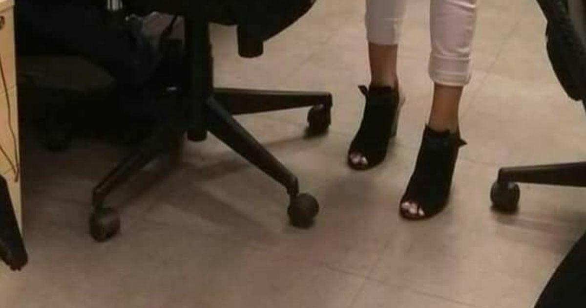 Illusione ottica di chi indossa i tacchi tra loro due: lui o lei?