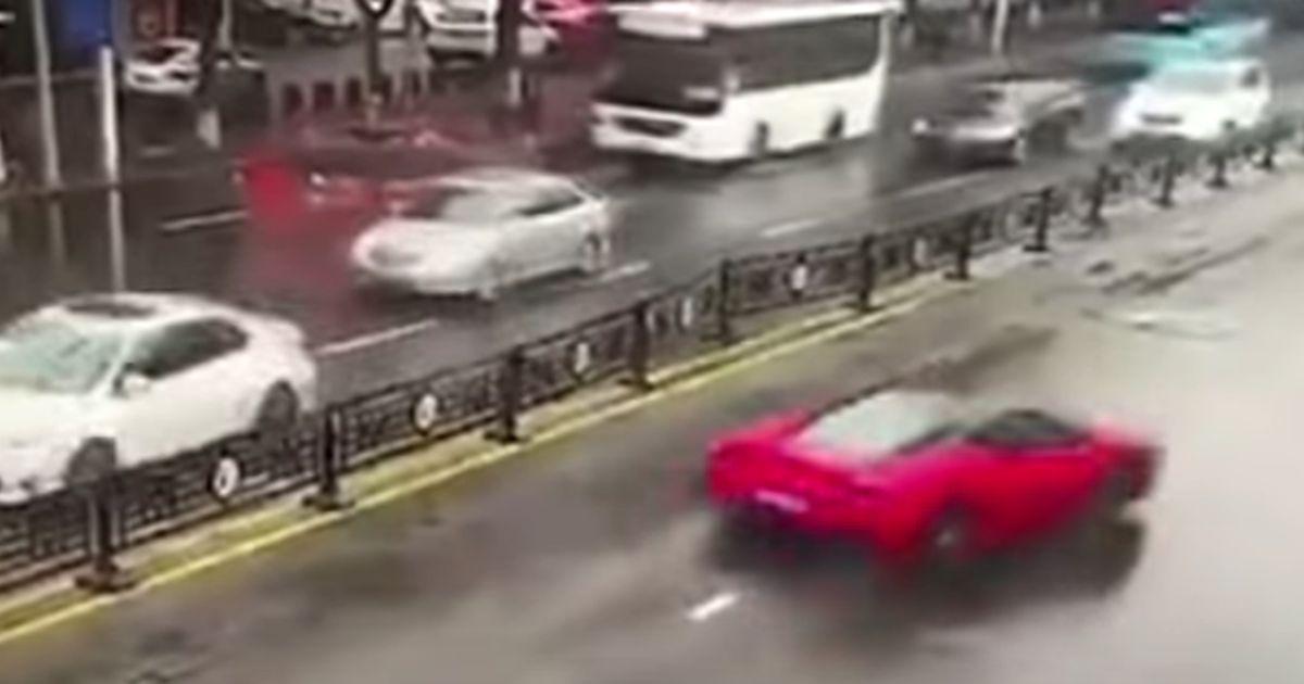 Ritira la Ferrari e pochi secondi dopo la distrugge