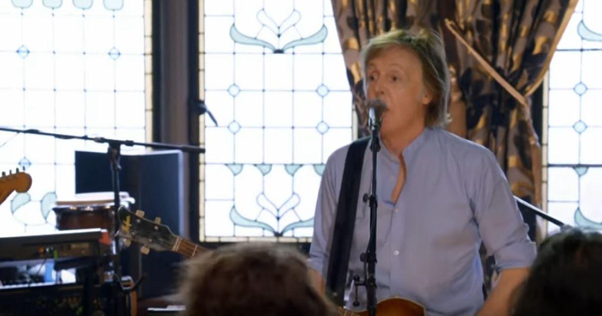 Paul McCartney a sopresa canta live in un pub