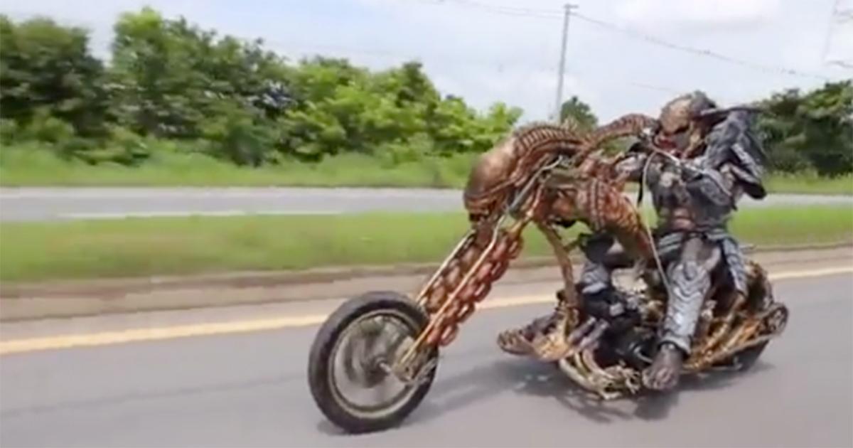 Sfreccia in moto travestito da Predator con una moto in stile Alien!