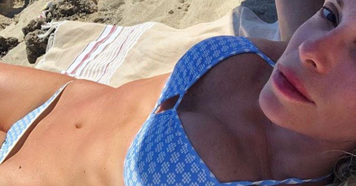 Alessia Marcuzzi al top in spiaggia