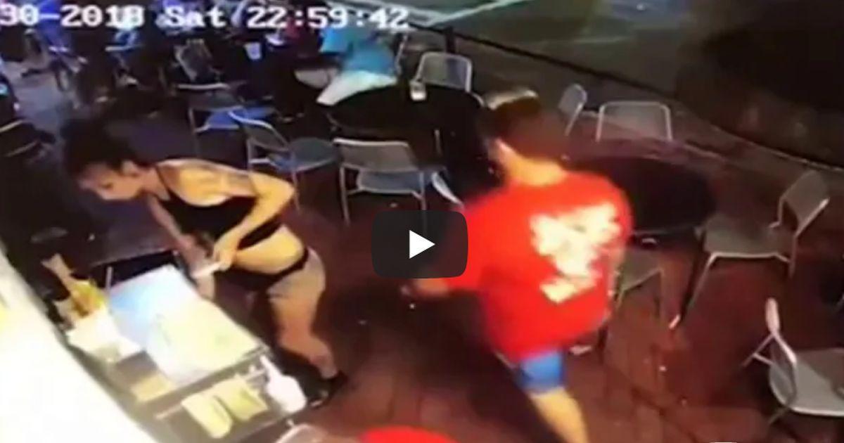 Il cliente la palpeggia ma la cameriera reagisce da vera dura