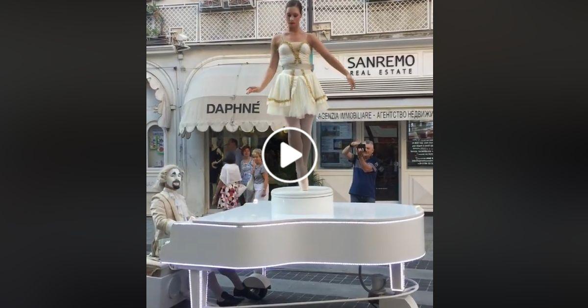 Il carillon vivente incanta i passanti a Sanremo