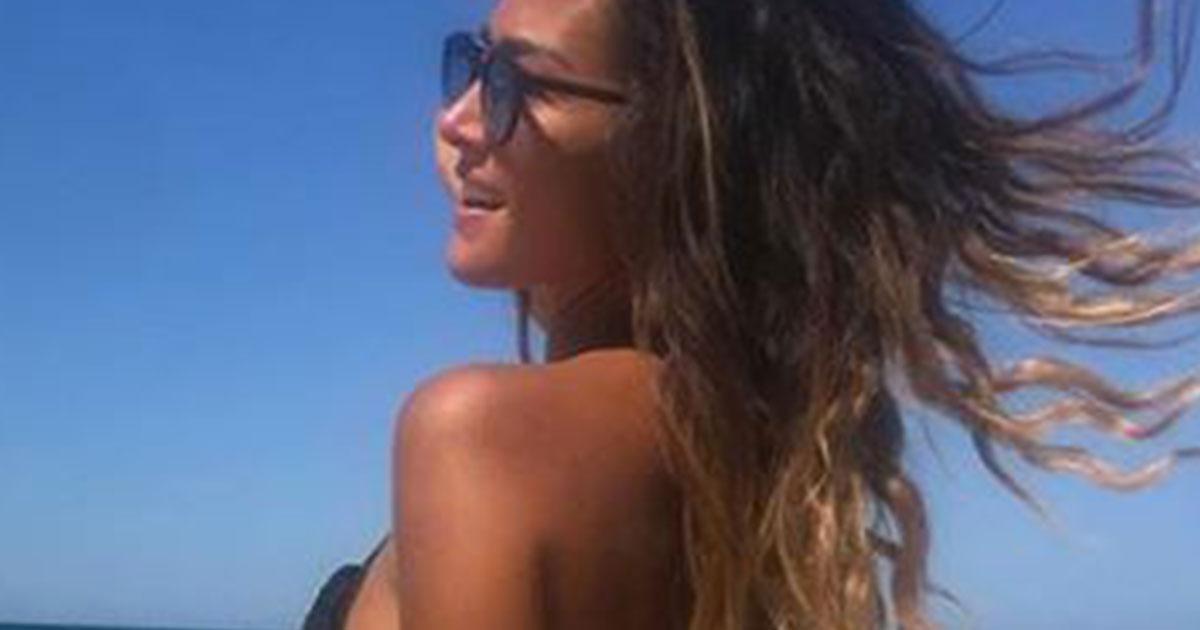 Giorgia Palmas: il lato b in spiaggia ed è boom di like