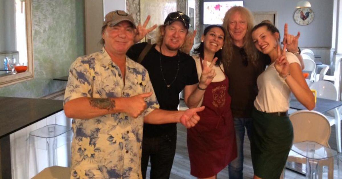Gli Iron Maiden in un bar a Somma Lombardo per vedere la partita dei Mondiali