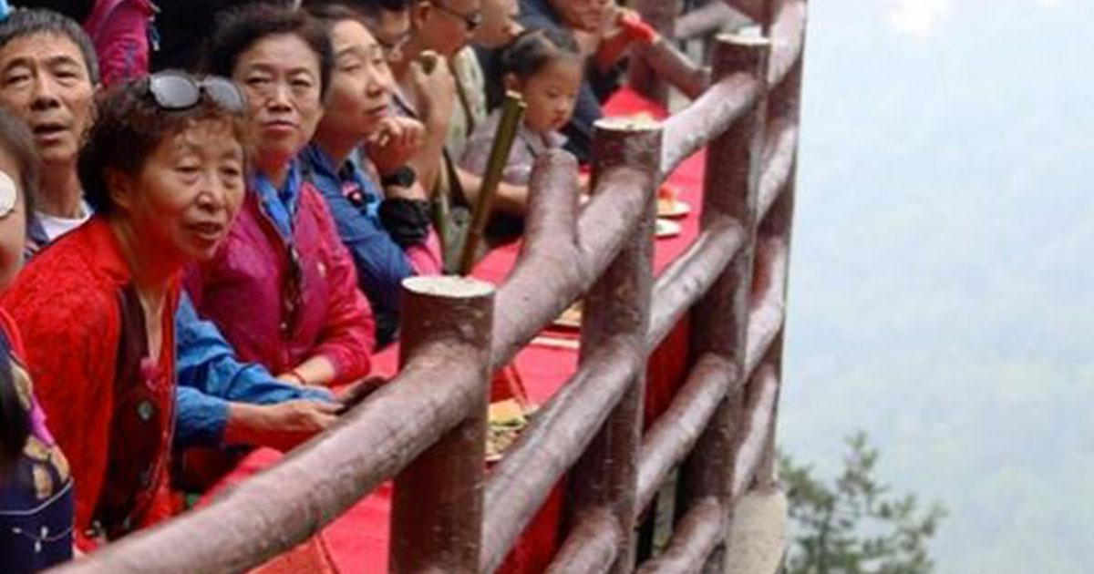 Cina: il ristorante a strapiombo per gli stomaci forti
