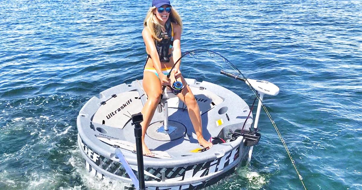 Una donna pesca in mare aperto: ma all'amo ci finisce uno squalo