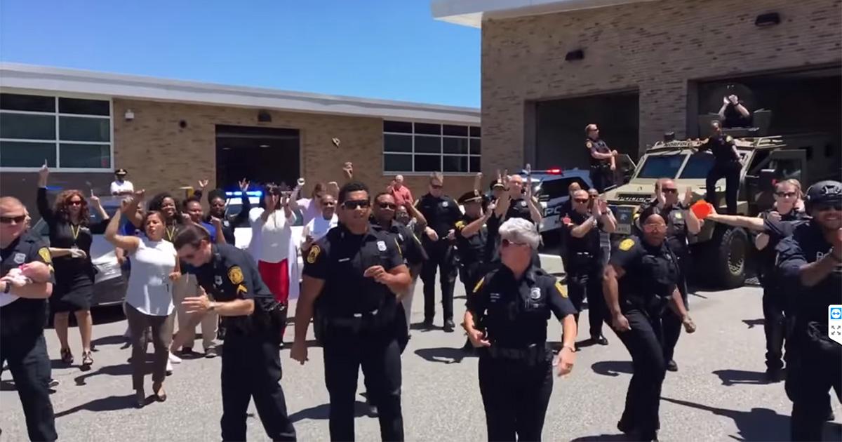 I vigili del fuoco e gli agenti di polizia di Norfolk diventano virali sulle note di Bruno Mars