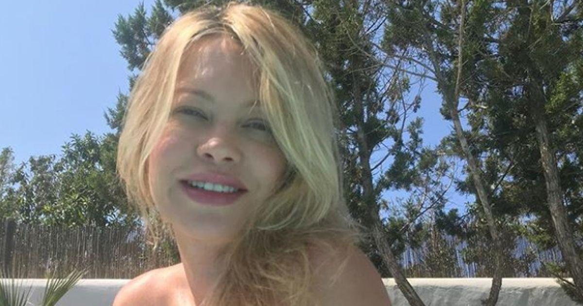Anna Falchi: la foto in bikini e il buongiorno è di fuoco