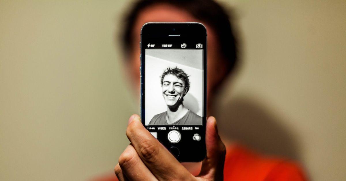 Selfie su carta d'identità: finisce nei guai foggiano