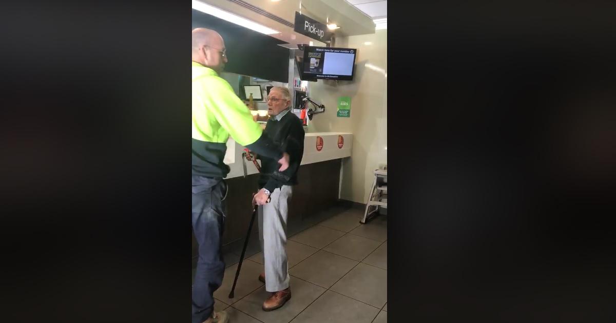 L'anziano signore non ha i soldi e l'uomo generoso si commuove