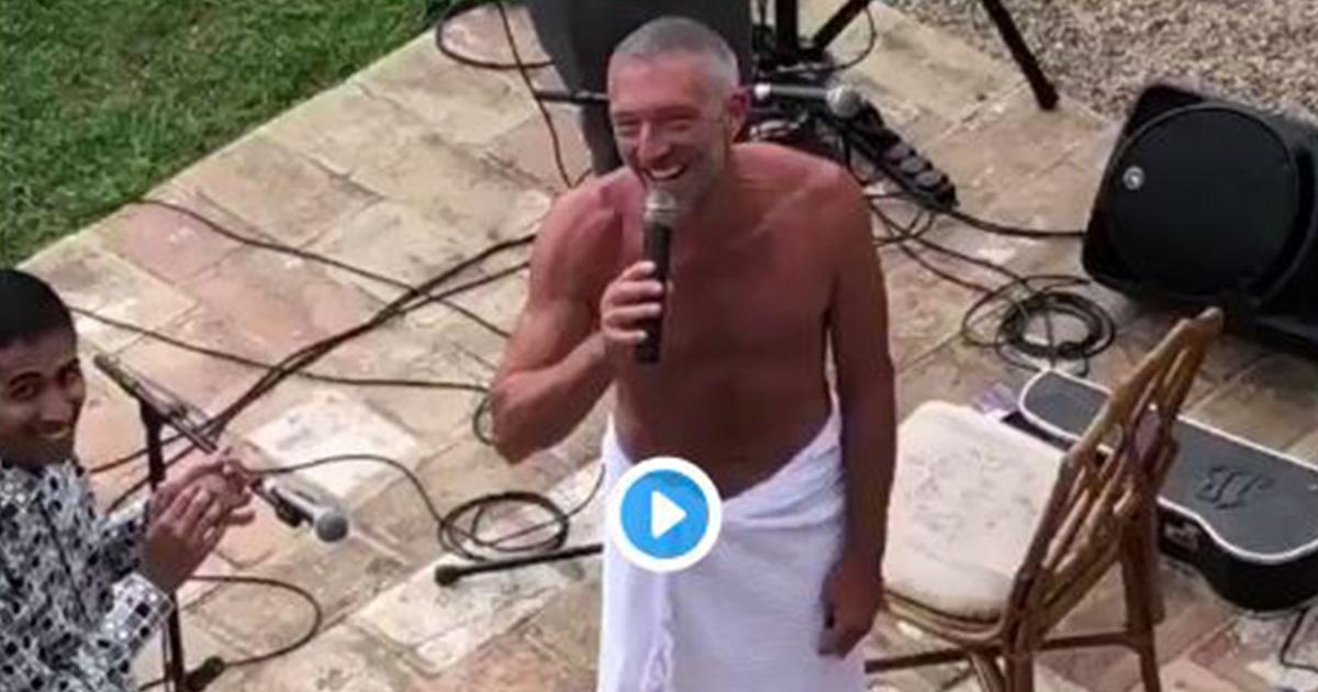 Vincent Cassel canta a torso nudo una serenata alla moglie