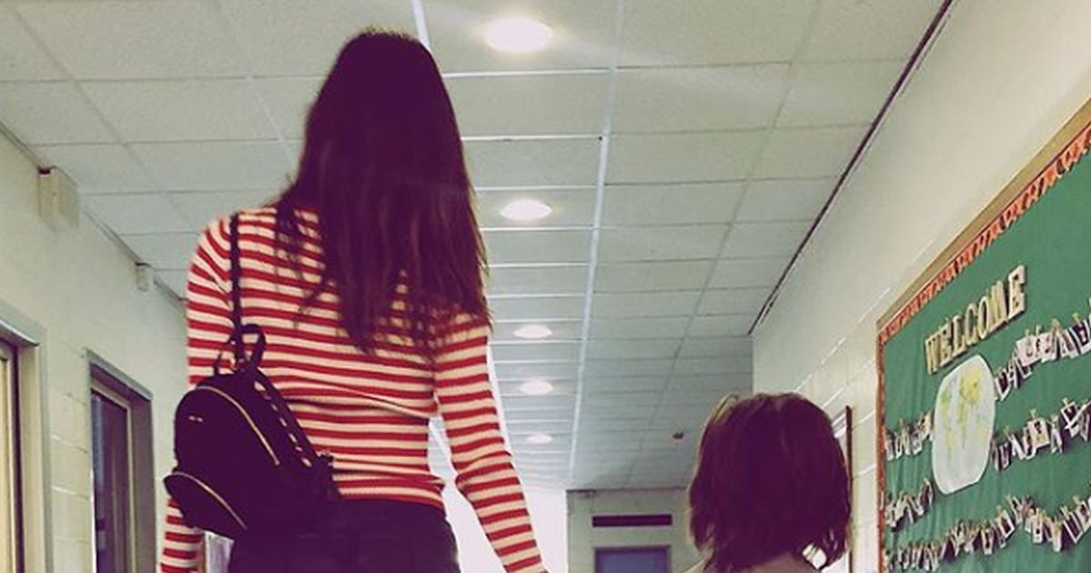 Primo giorno di scuola: Belén in minigonna accompagna Santiago, è boom di critiche
