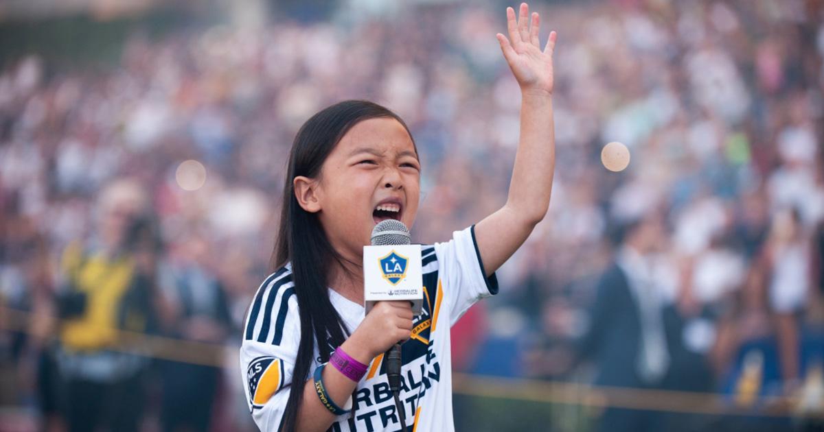Bimba canta l'inno americano e incanta lo stadio