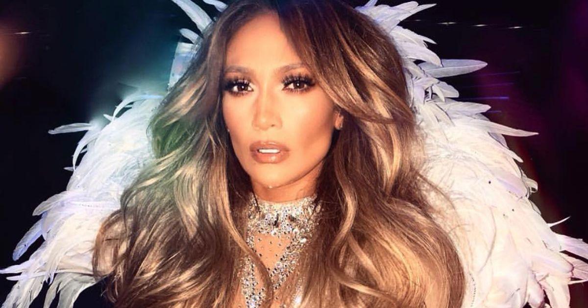 Jennifer Lopez: brusca caduta sul palco ma la star non si ferma