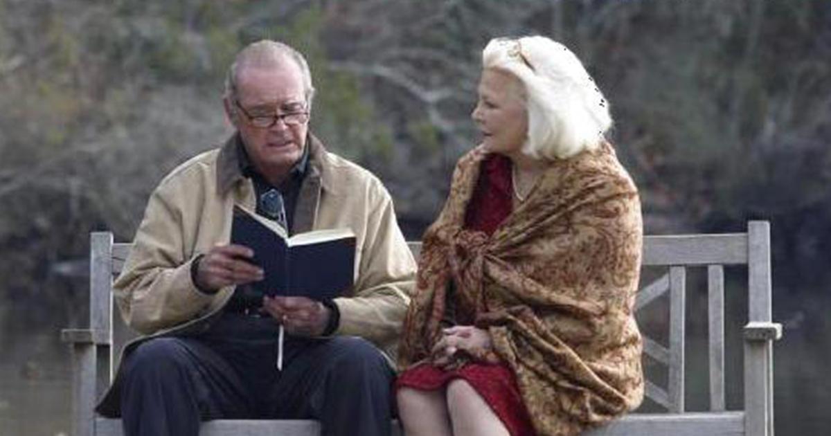 Lei ammalata di Alzheimer, il marito le legge la loro storia d'amore