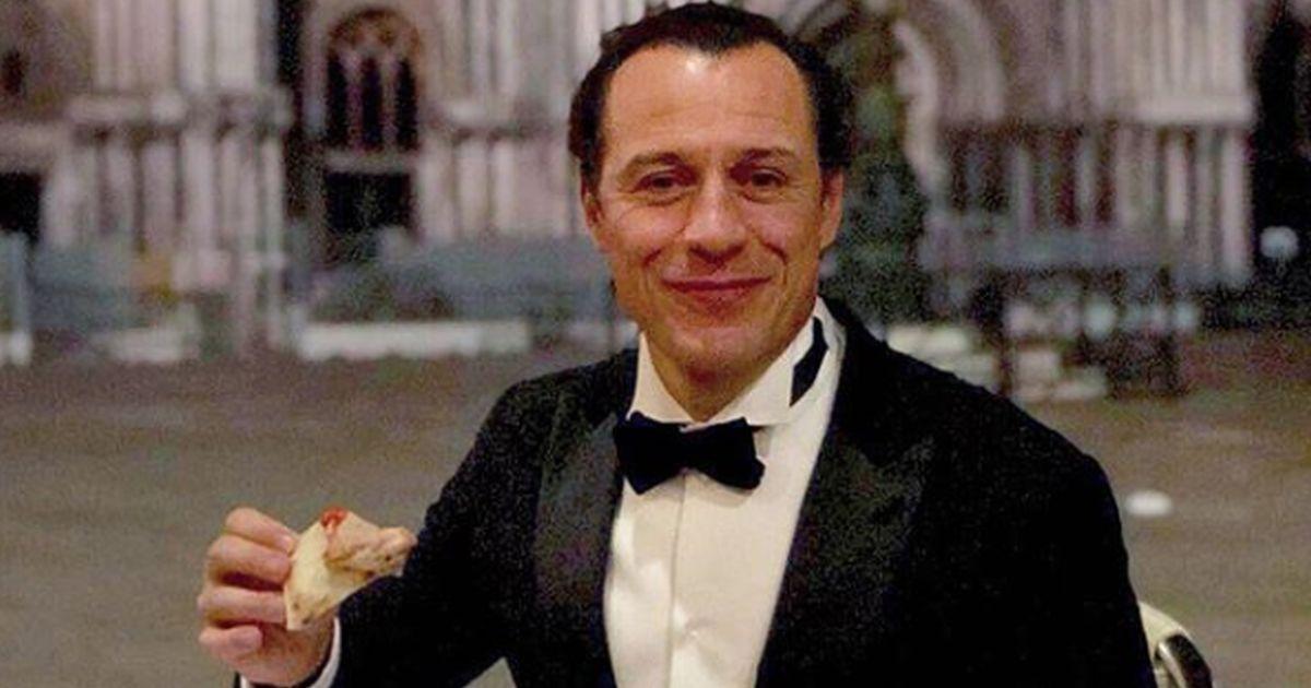 Stefano Accorsi risponde alla polemica sulla pizza mangiata a piazza San Marco