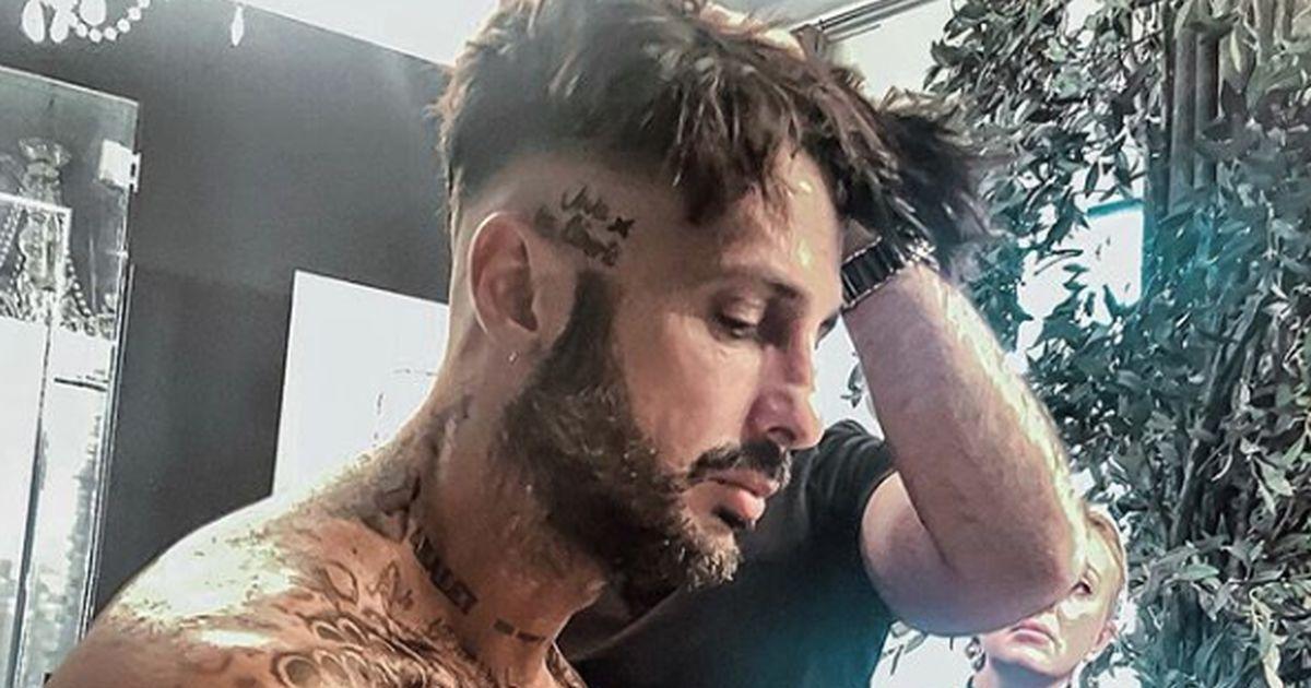 Il nuovo tatuaggio di Corona è una dedica a Maurizio Costanzo