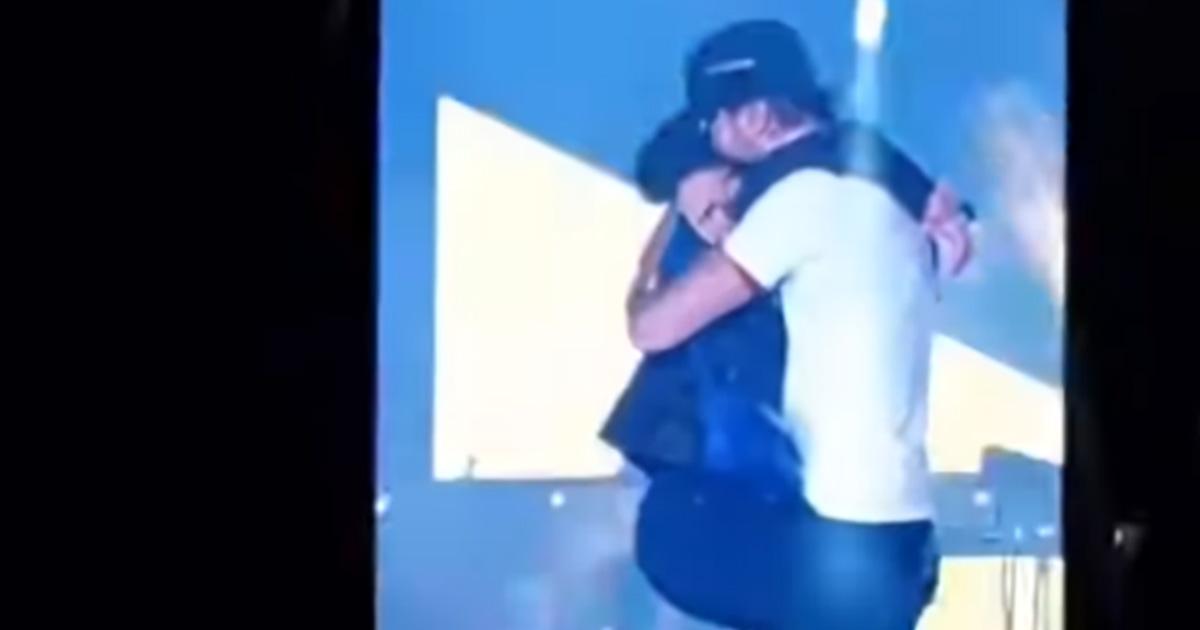Enrique Iglesias, il bacio con la fan troppo appassionato...