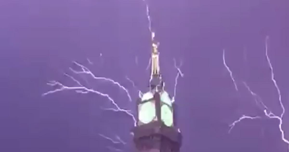 Spettacolo della natura, il fulmine colpisce la torre