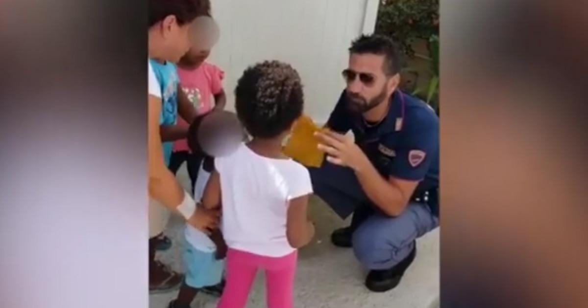 Poliziotto fa un trucco di magia per i piccoli migranti