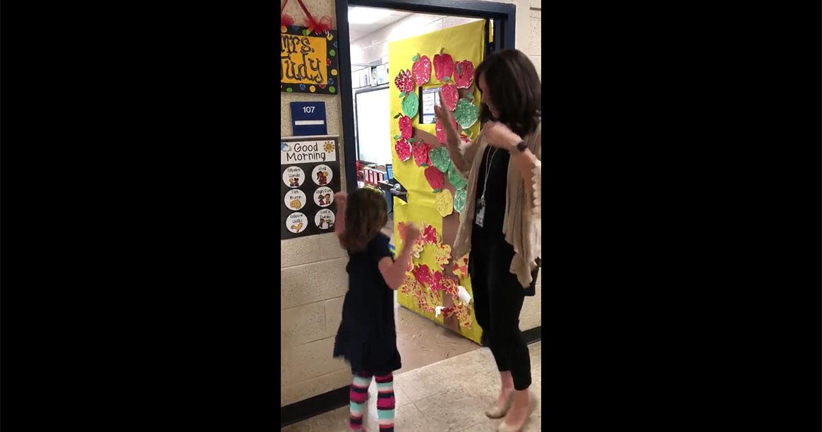 L'abbraccio speciale della maestra agli alunni che entrano in classe