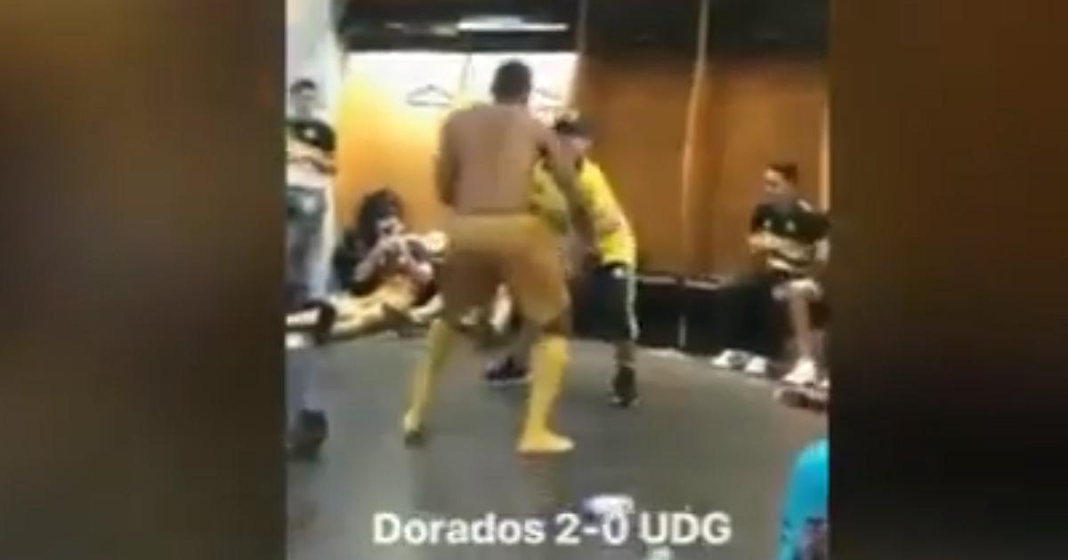 La sua squadra vince, Maradona balla scatenato negli spogliatoi
