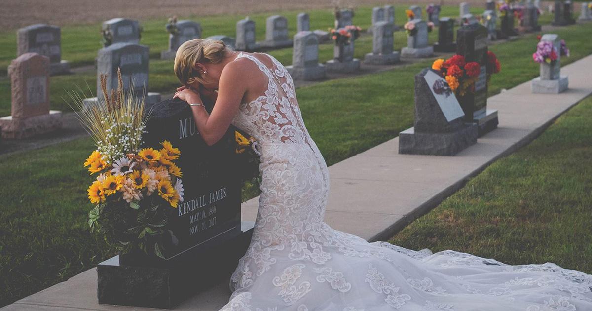 Lui muore prima delle nozze: lei, va sulla tomba di lui in abito da sposa