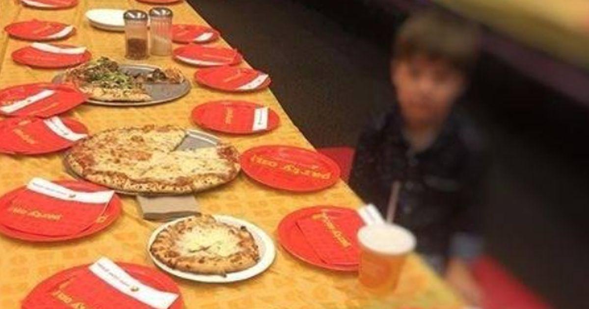 Nessuno dei 32 invitati va alla sua festa: la foto del piccolo Teddy intenerisce il web
