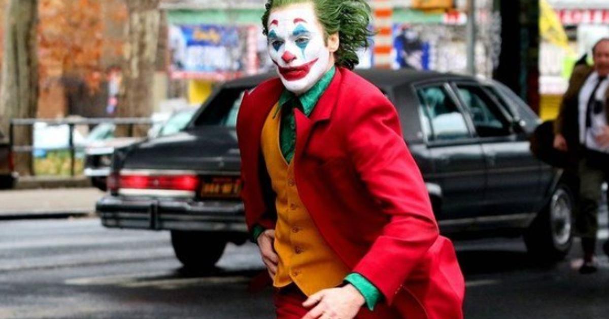 Joaquin Phoenix spaventa tutti correndo vestito da Joker nelle strade di New York